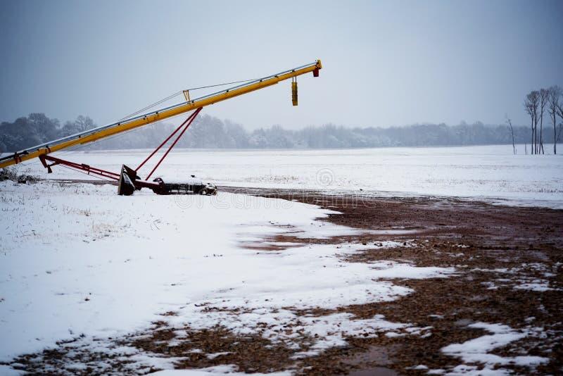Bruka utrustning i snön royaltyfri foto