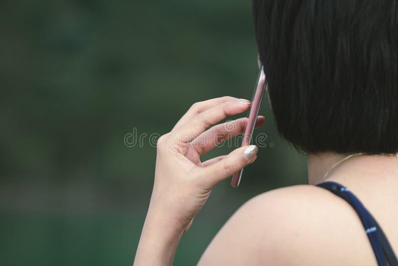 Bruket av mobilen i kommunikation Och fritt utrymme för meddelanden arkivbild