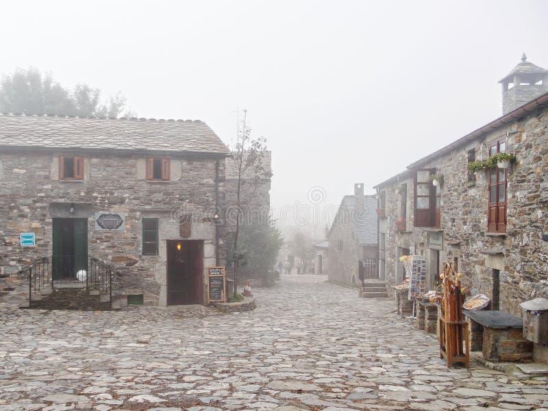 Brukowiec ulica w mgle - O «Cebreiro fotografia stock