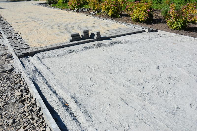 Brukowych kamieni instalacji fotografia Instalowa? ogrodowego patio od brukarzy Brukowi kamienie kłaść z kopii przestrzenią fotografia royalty free