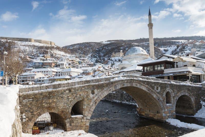 Brukowych kamieni most i bistrica rzeka prizren przy w, Kosowo obraz stock