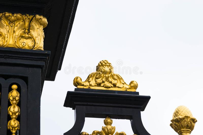Bruksela/Belgium-01 02 19: Złociści ogrodzenia pałac królewski w Brukselskim Belgia zdjęcie stock