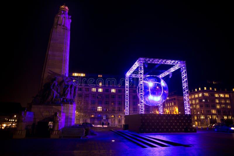 BRUKSELA, GRUDZIEŃ - 6: Dyskoteki piłki światła instalacja przy miejscem Poelaert jako część Jaskrawej Brukselskiej zimy na Grudn zdjęcia royalty free