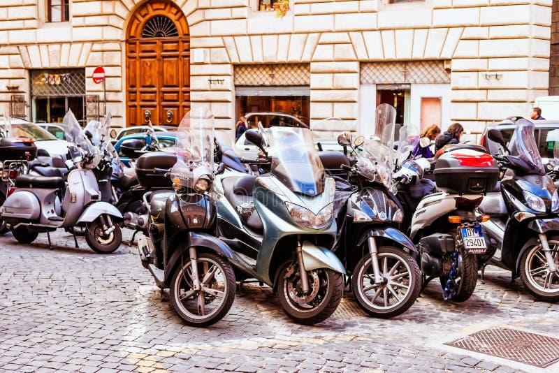 Bruksmotorcyklar för medborgare mest gemensam för dagligt trans. i Rome, Italien royaltyfri fotografi
