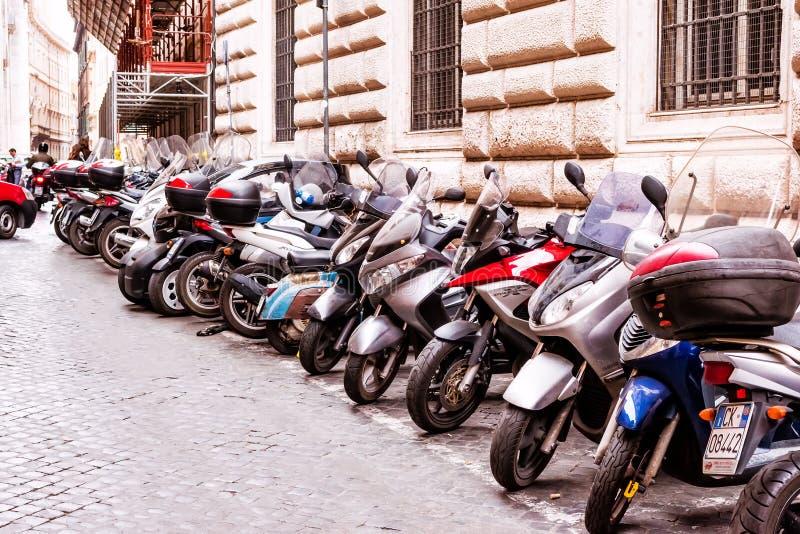 Bruksmotorcyklar för medborgare mest gemensam för dagligt trans. i Rome, Italien arkivfoto