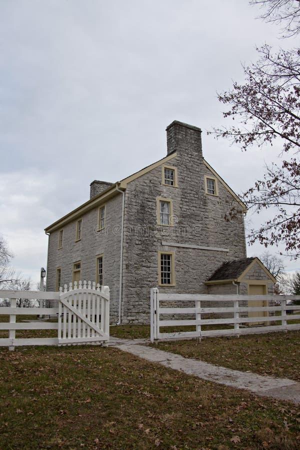 Brukująca droga przemian i otwiera bramę prowadzi starego stylu potrząsacza dom obrazy stock
