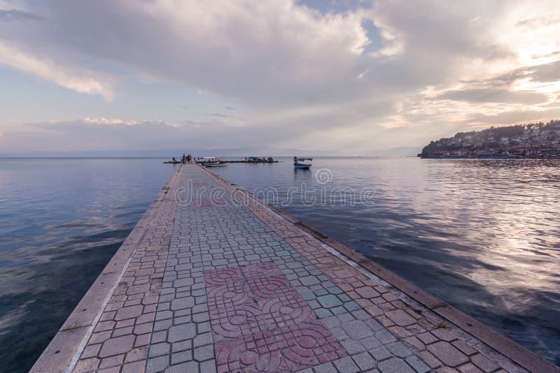 Brukujący gangplank nad Jeziornym Ohrid fotografia stock