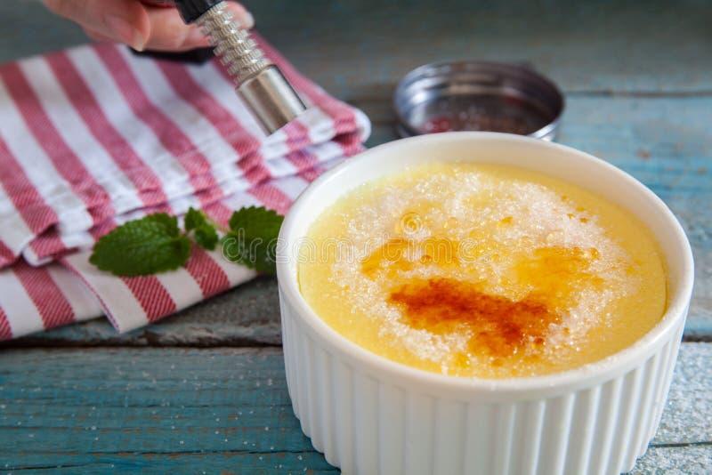 brulee caramelised övre traditionell vanilj för kräm- socker för krämefterrätt franskt royaltyfri bild