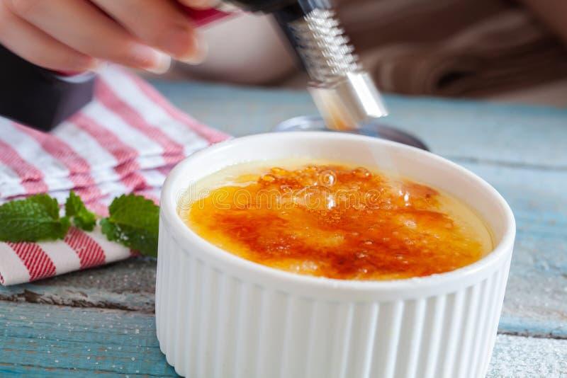 brulee caramelised övre traditionell vanilj för kräm- socker för krämefterrätt franskt arkivbild