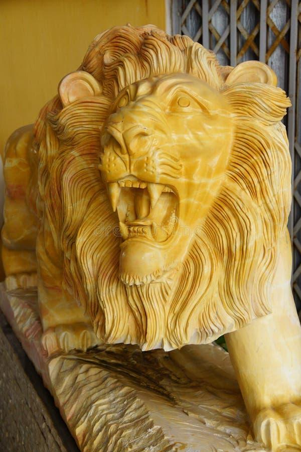 Brullend geel leeuwstandbeeld royalty-vrije stock afbeeldingen