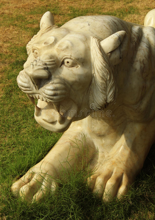 Brullend tijgerstandbeeld stock afbeeldingen
