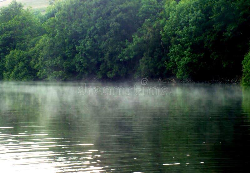 Brume après pluie sur le réservoir de Ladybower image libre de droits