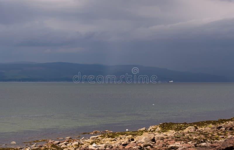 Brume au-dessus de la côte montagneuse photos stock