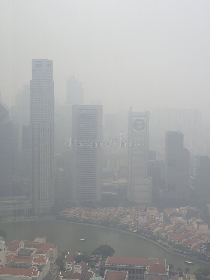 Brume au-dessus de Singapour images stock