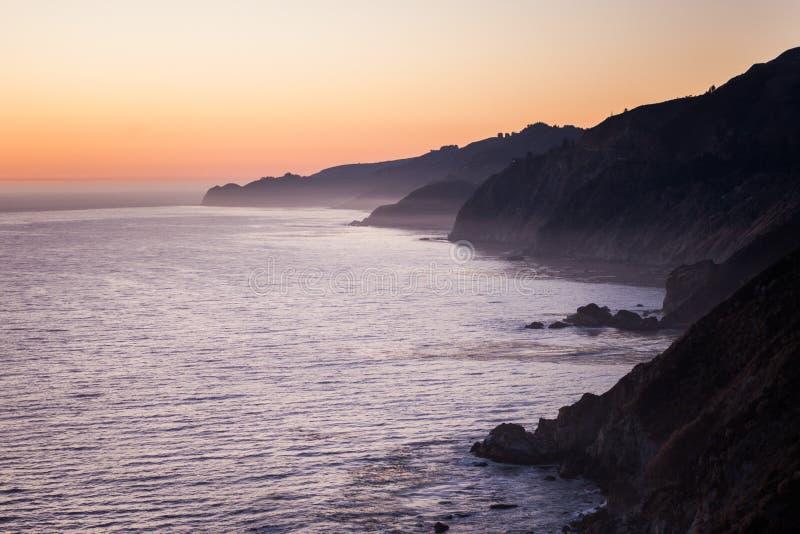 Brume d'océan outre de la côte de la Californie photo libre de droits