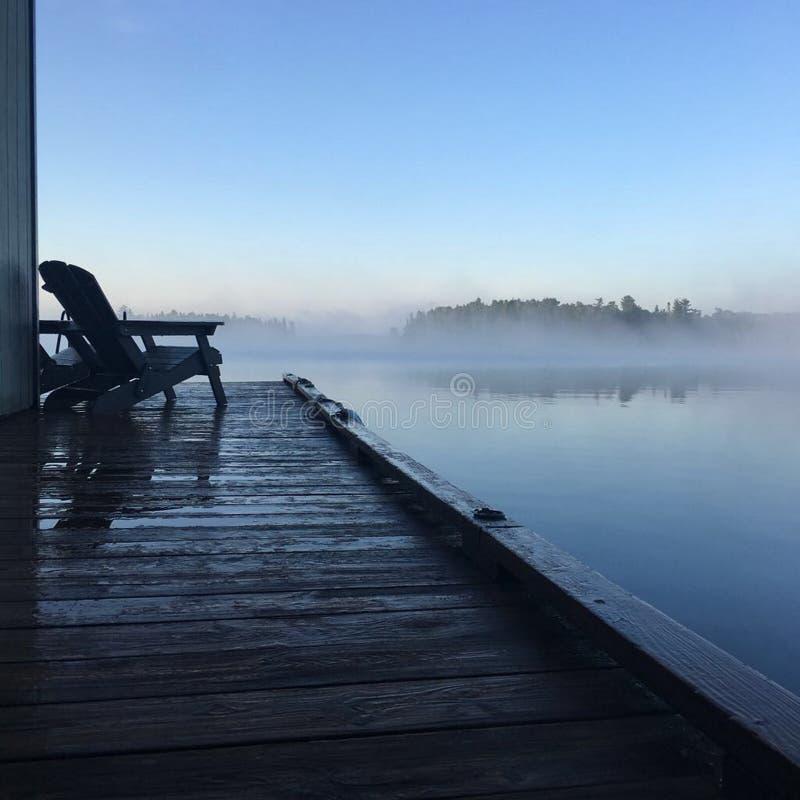 Brume de début de la matinée au-dessus du lac des bois, Kenora, Ontario images libres de droits