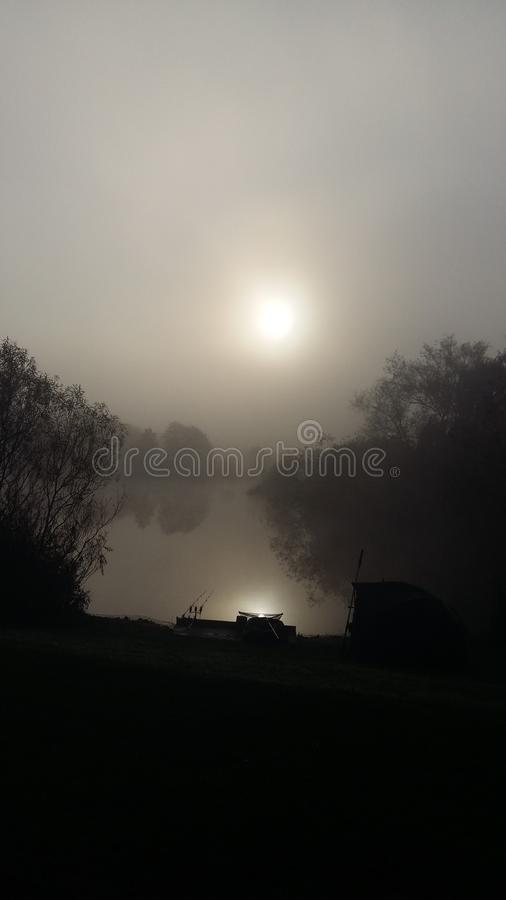 Brume de matin au-dessus de l'eau photos stock