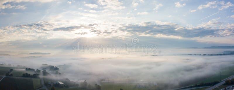 Brume de matin au-dessus de la campagne - vue aérienne de vol de bourdon photographie stock libre de droits