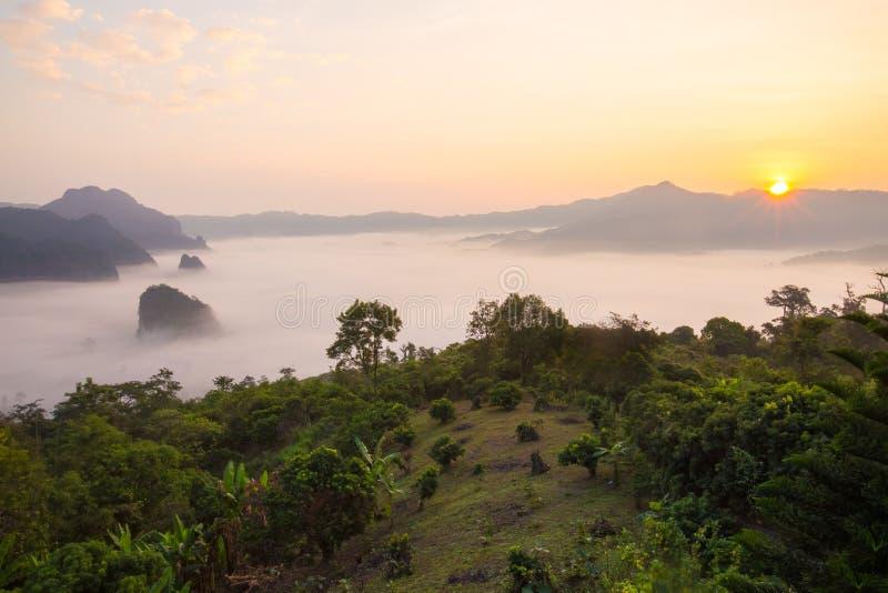 Brume de matin avec la montagne images libres de droits