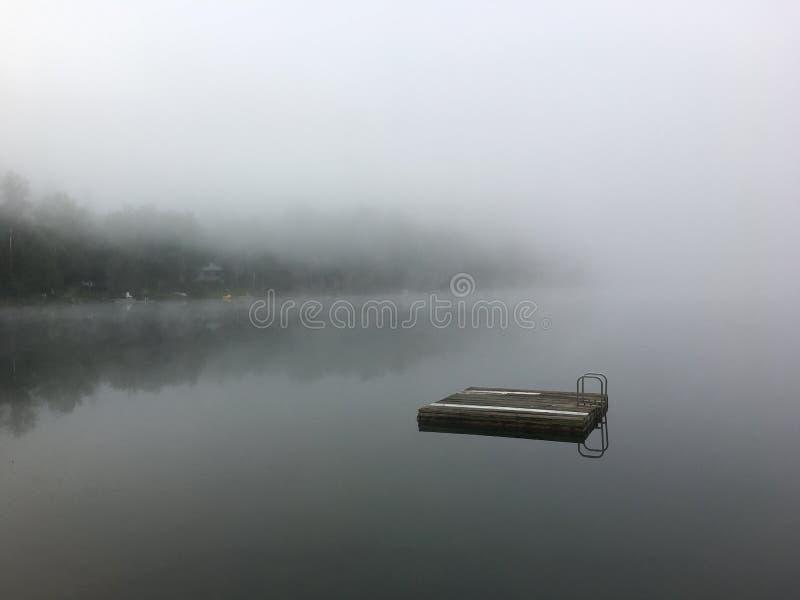 Brume de matin sur un lac photos stock