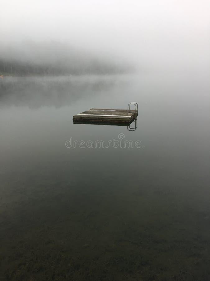 Brume de matin sur un lac photo stock