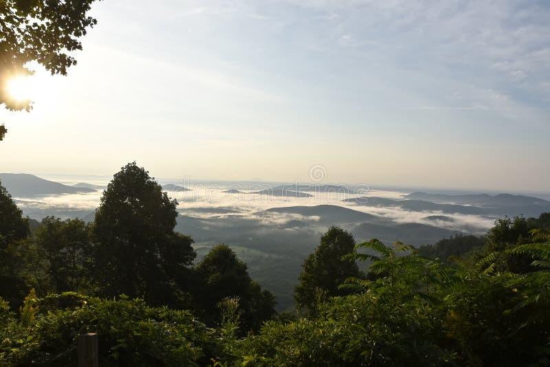 Brume de montagne pendant le matin photo libre de droits