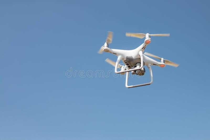 Brummen quadcopter Schwebeflug auf dem Himmelhintergrund, fliegend lizenzfreies stockfoto