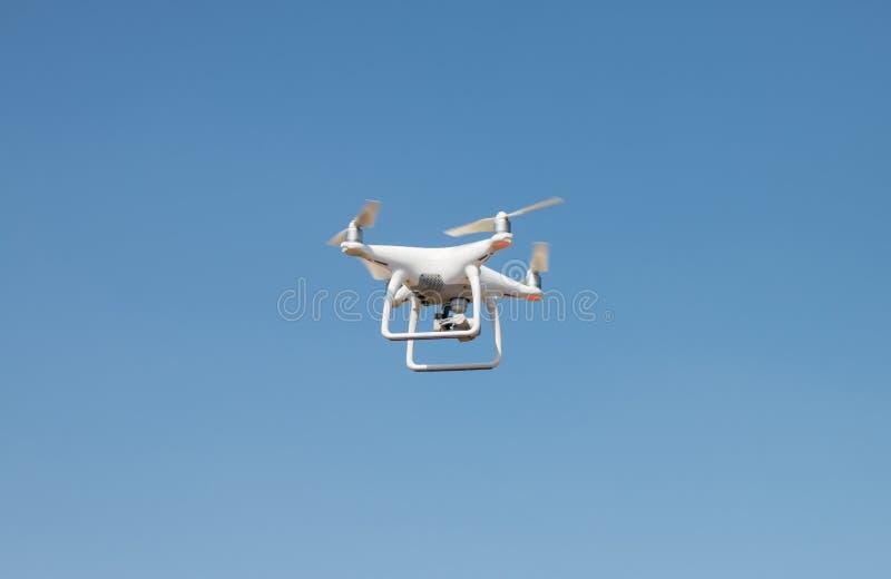 Brummen quadcopter Schwebeflug auf Himmelhintergrund lizenzfreie stockfotografie