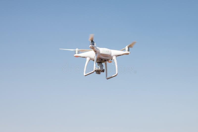 Brummen quadcopter Schwebeflug auf Himmelhintergrund, Brummenkamera, im Bauernhof stockbild