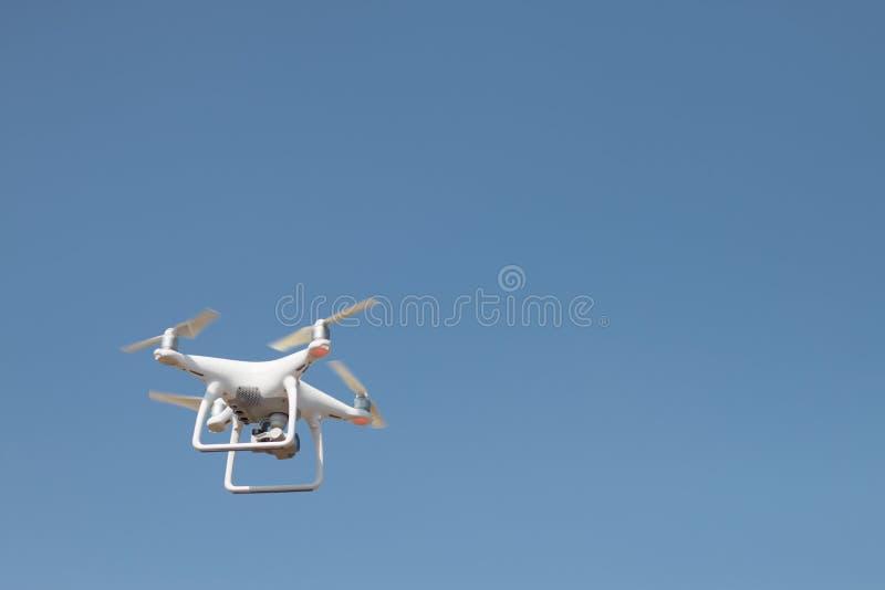 Brummen quadcopter Schwebeflug auf Himmelhintergrund, Brummenkamera, im Bauernhof lizenzfreies stockfoto