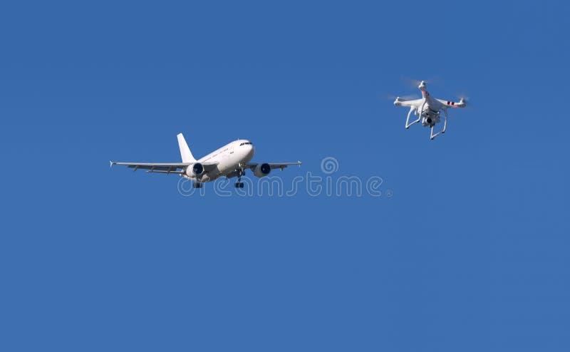 Brummen und Flugzeug stockbild