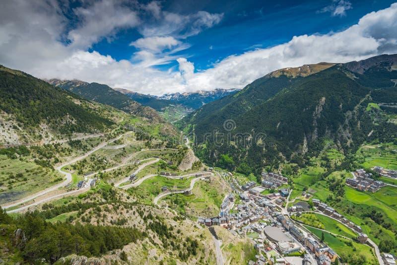 Brummenansicht über Dorf in Andorra stockbild