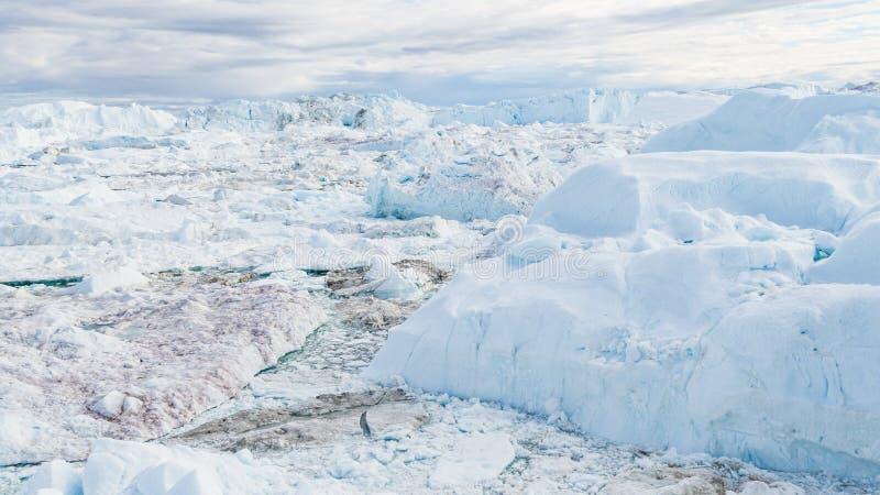 Brummenbild des Eisbergs und des Eises vom Gletscher in der Naturlandschaft Grönland stockfotos