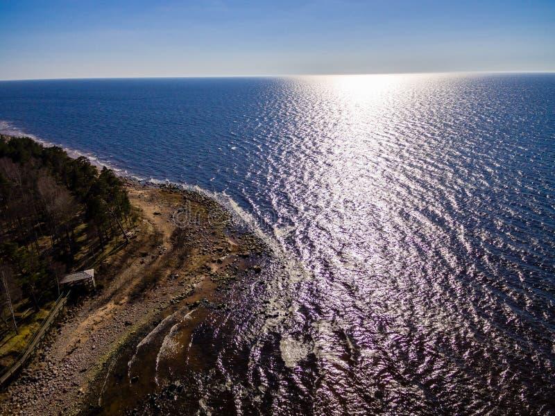 Brummenbild Vogelperspektive des ländlichen Gebietes mit felsigem Strand von Balti lizenzfreies stockfoto