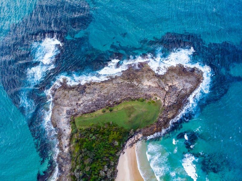 Brummentrieb über dem Ozean lizenzfreie stockbilder