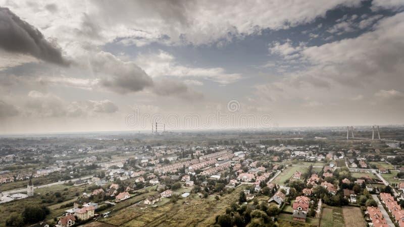 Brummenvogelperspektivephotographie mit industriellen Warschau-Stadtvororten lizenzfreie stockfotografie