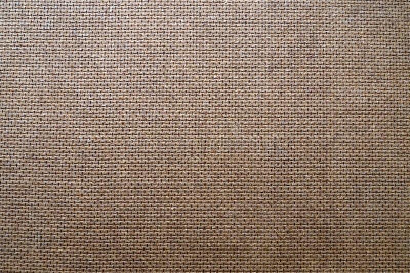 Brun bakgrund från träfiberplattan, hardboardtextur med modellen av att utföra i relief arkivbild