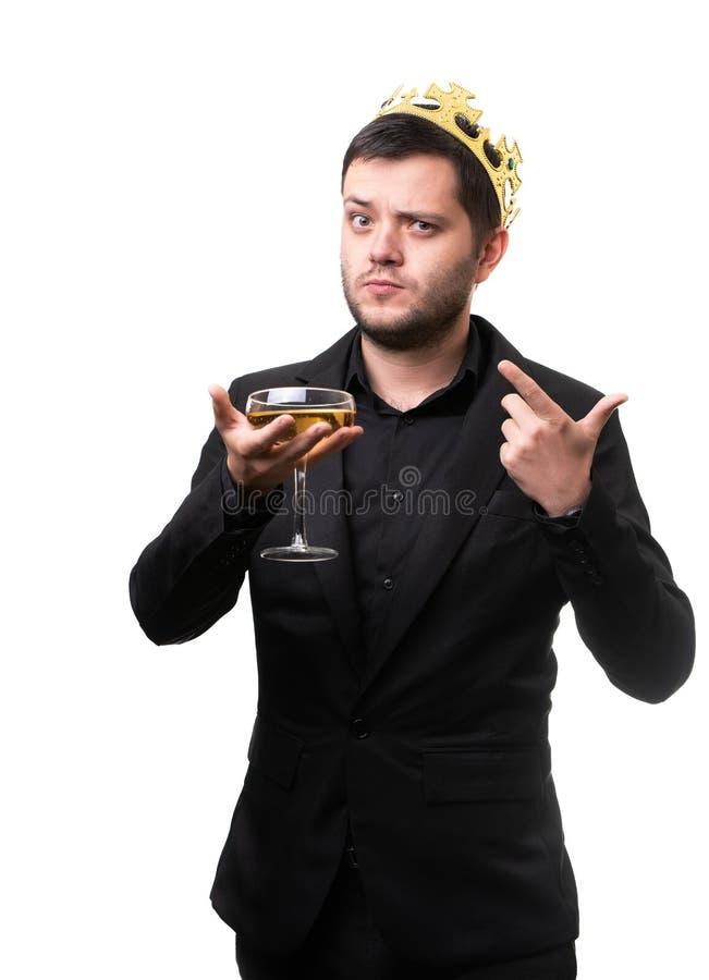 Brun dans la couronne, costume noir avec le verre de vin à disposition photo stock