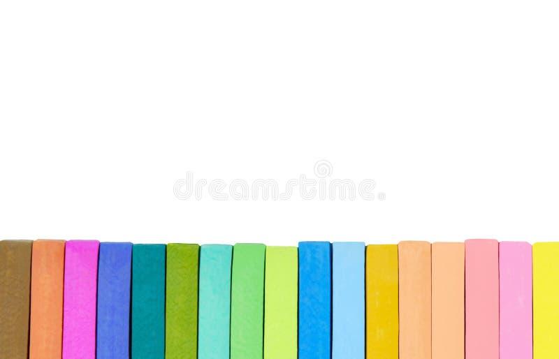 Brun de craie colorée, orange en pastel, pourpre, vert, bleu, rose et jaune sur le fond blanc images stock