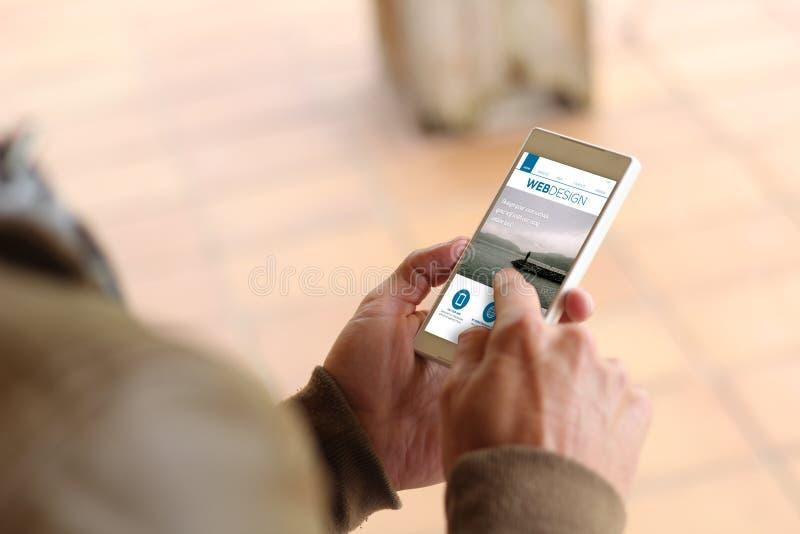 Brun för smartphonerengöringsduk för ung man design royaltyfria foton