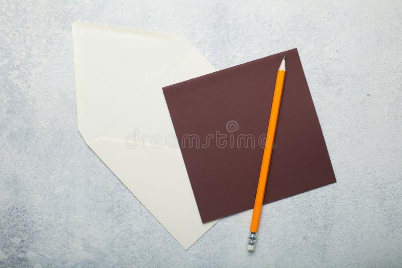 Brun fyrkantig tom bokstav på vit tappningbakgrund royaltyfri bild