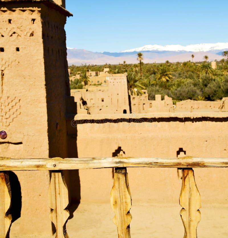 brun gammal konstruktion i terrass nära tornet royaltyfri bild