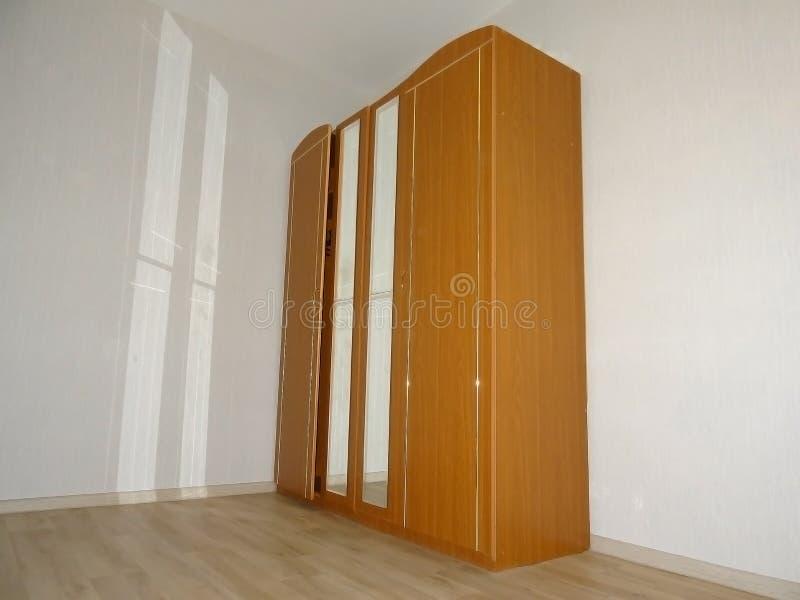 Brun garderob med speglar och solreflexioner fr?n dem fotografering för bildbyråer