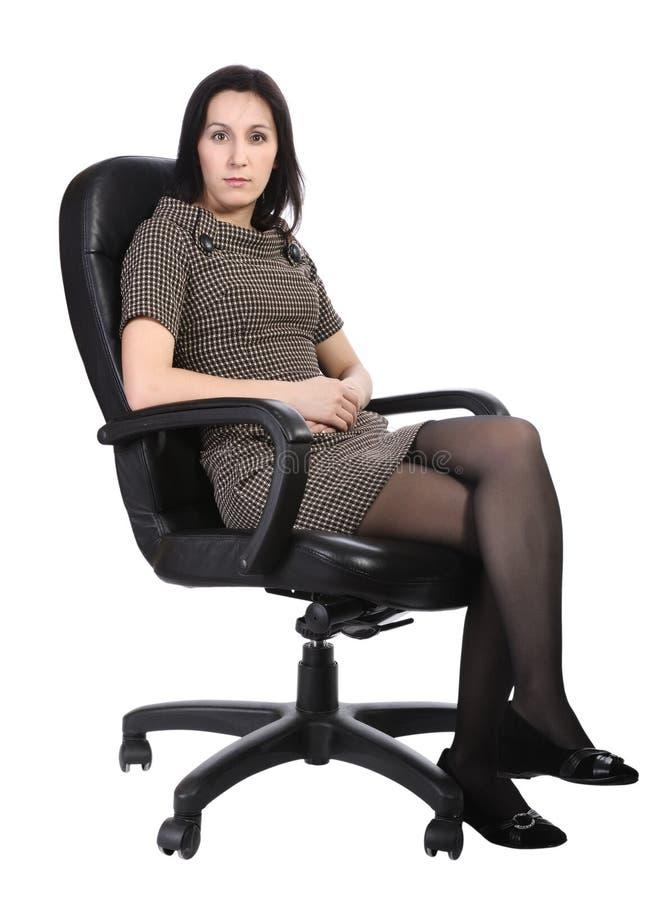 brun isolerat kontor för stolsklänning flicka royaltyfria foton
