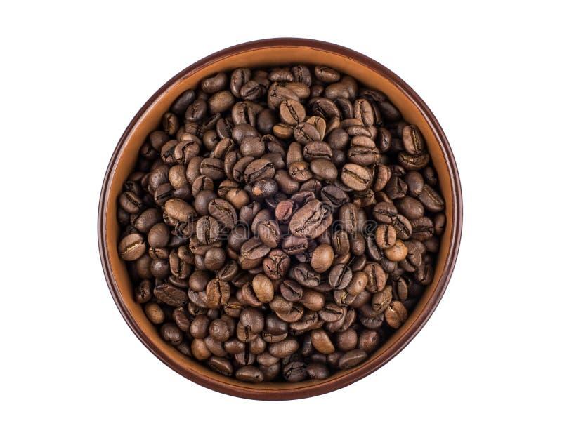 Brun keramisk bunke med kaffebönor royaltyfri bild