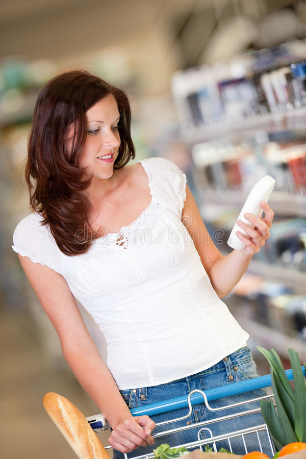 brun kvinna för lager för livsmedelsbutikhårshopping arkivfoto