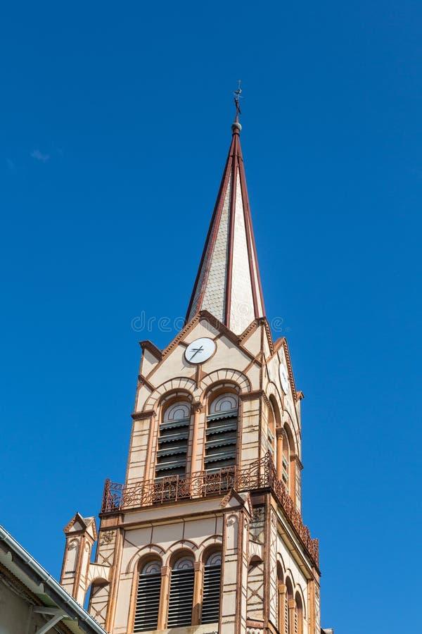 Brun kyrktorn under blå himmel arkivfoto