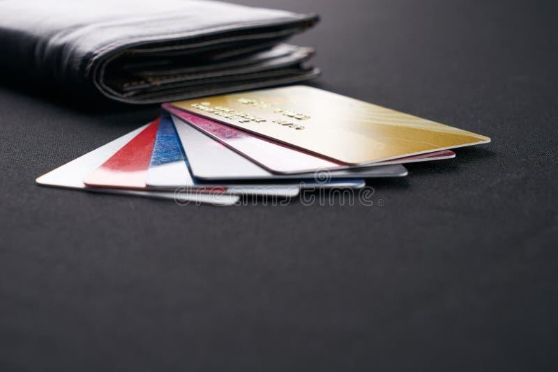 Brun läderplånbok med krediterings-, debitering- och rabattkort royaltyfria foton