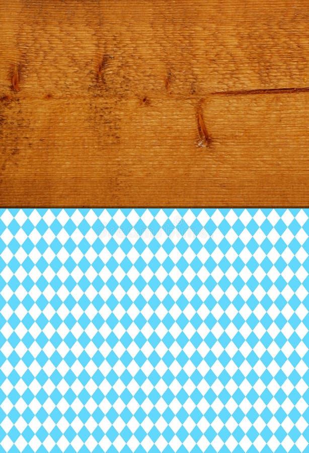 Brun lantlig trätextur med den bavarian bordduken royaltyfri bild