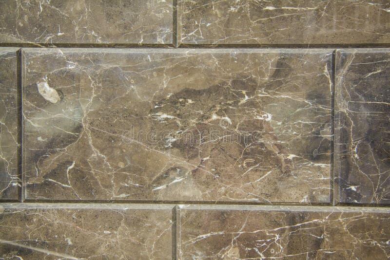Brun marmor med guld- åder royaltyfria bilder